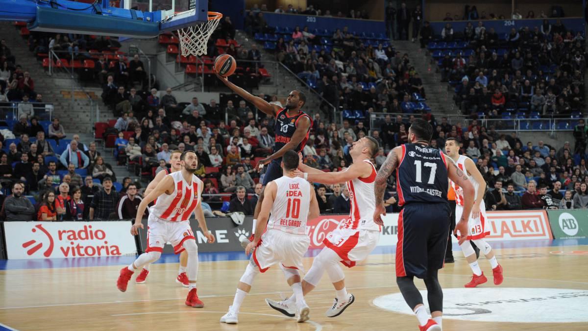 Baloncesto El Baskonia arrasa y sigue en la carrera por los cuartos ...