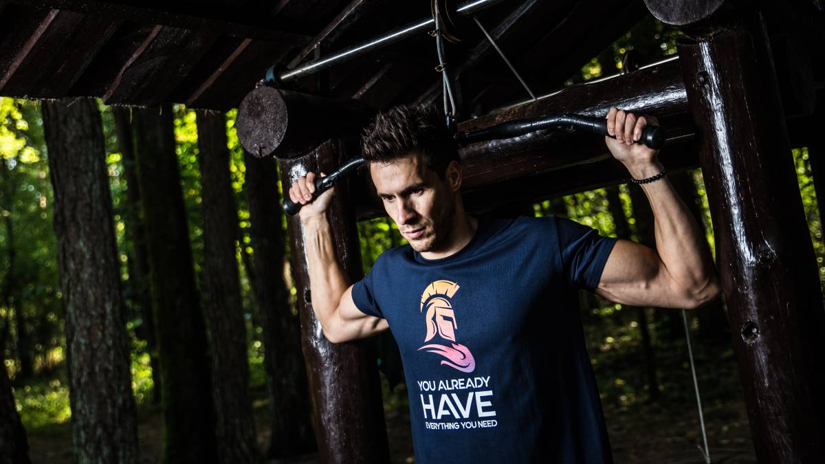 como trabajar biceps y triceps sin pesas