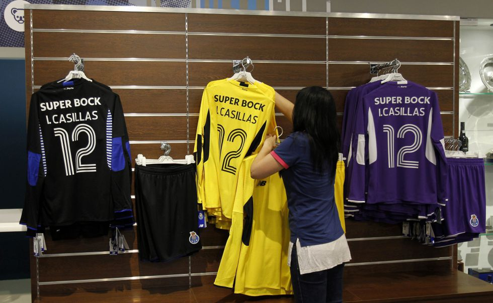 best service 65e0f 7dae2 Iker Casillas shirts on sale at the FC Porto club shop - AS.com