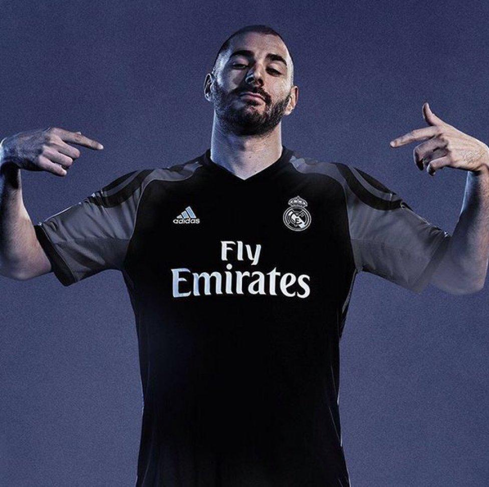 Benzema con la tercera equipación del Real Madrid para la temporada 2016  2017. 6f92eab004a33