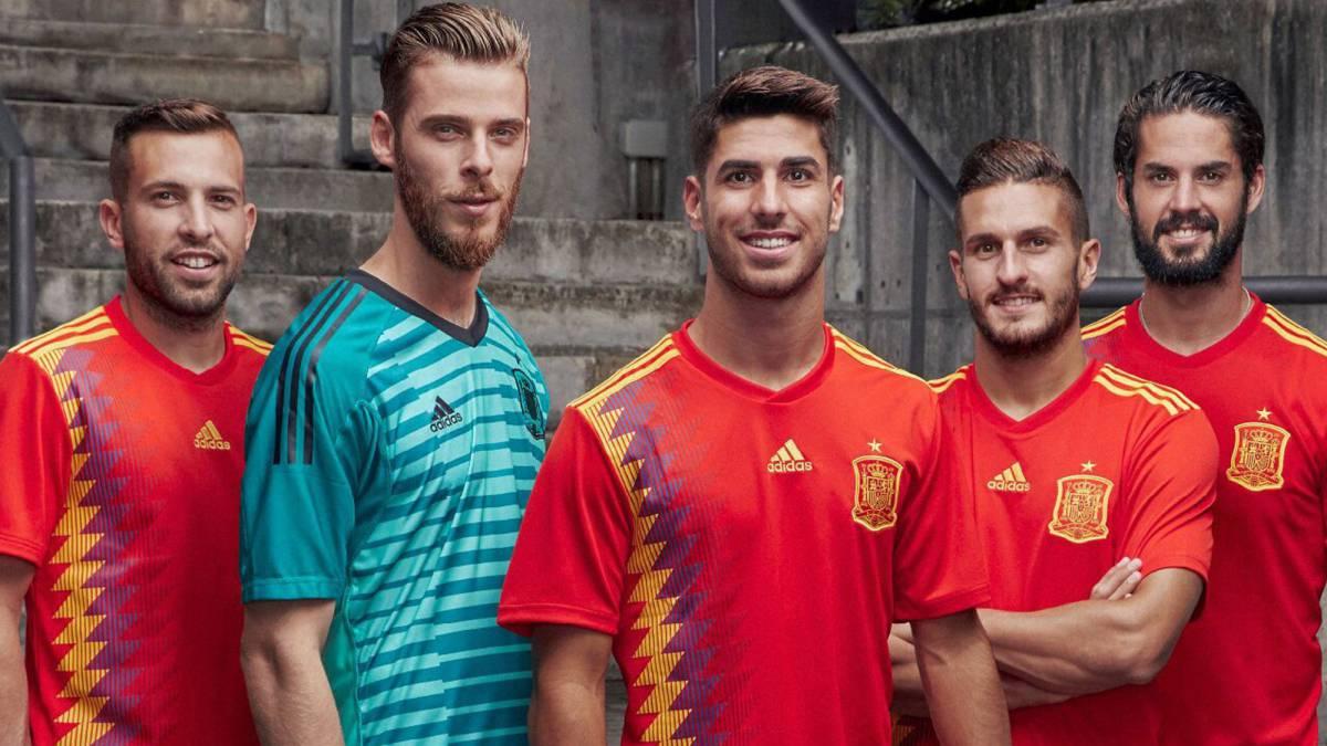 Selección  La banda azul-morada en la camiseta nacional arma un lío - AS.com 4d62146e6