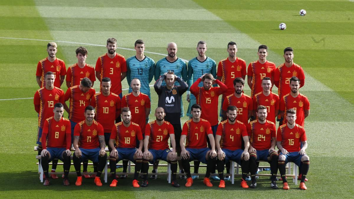 436f49b4444f6 Los jugadores de la Selección española posan con la nueva camiseta para el  Mundial de Rusia