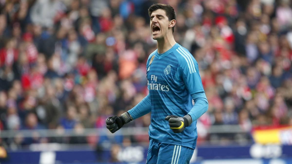 Courtois festeja un gol del Madrid en el Metropolitano.