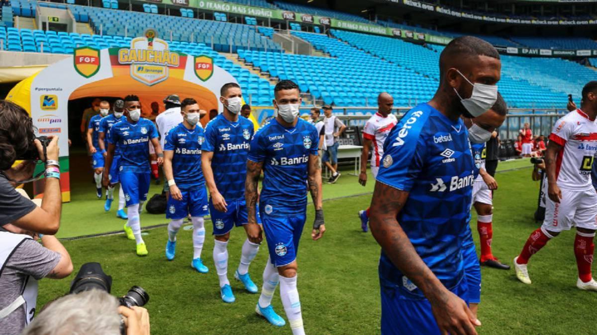 Coronavirus El fútbol, con mascarillas - AS.com