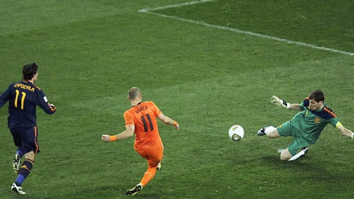 El mundo entero pendiente de aquel momento: la parada de Casillas a Robben que valió un Mundial - AS.com