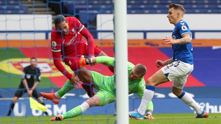 Más lío por la lesión de Van Dijk: el VAR olvidó que podía revisar la  entrada de Pickford - AS.com