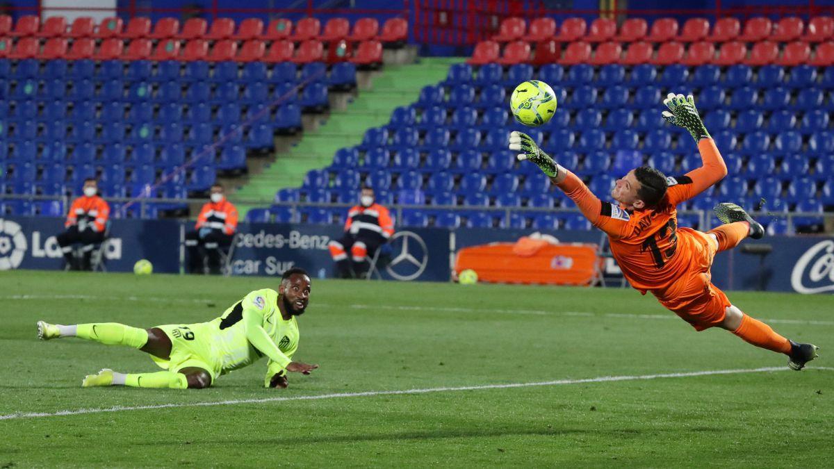 El Atlético empata en el otro derbi madrileño y ve como Barça y Madrid le reducen la distancia.