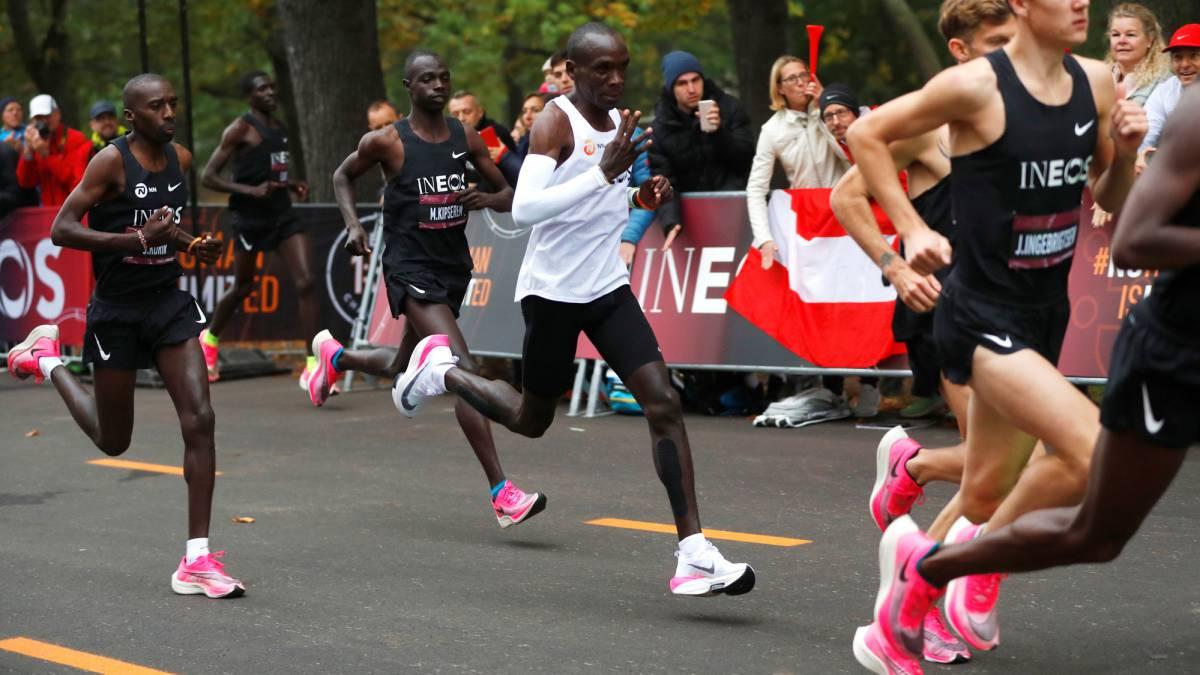La emoci%F3n de Kipchoge al cruzar la meta y convertirse en historia viva del deporte mundial