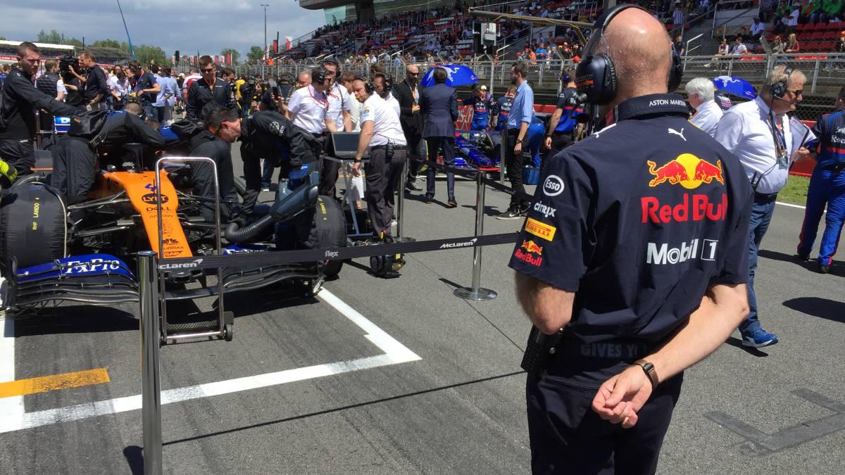 Adrian Newey observa al McLaren MCL34 de Lando Norris en Barcelona.