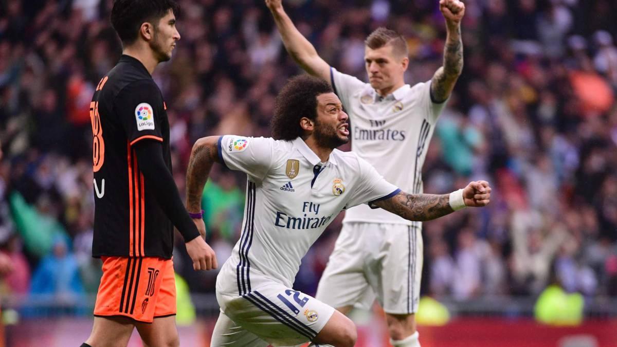 El Madrid sobre la campana y el Barça con dos regalos continuan su pugna por el título.