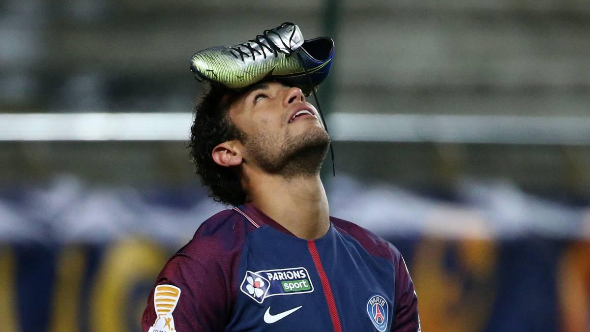 Resultado de imagen para neymar festejo zapato en la cabeza