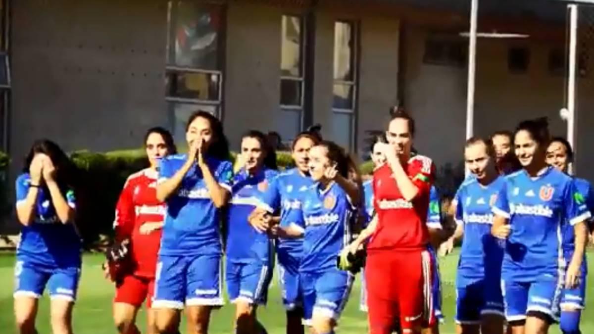 La emotiva sorpresa que preparó la U para su equipo femenino - AS.com 0aea3b34272