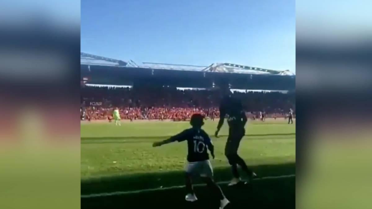 4c378339b Un niño saltó al campo con la camiseta de Mbappé... ¡y así actuó Neymar!